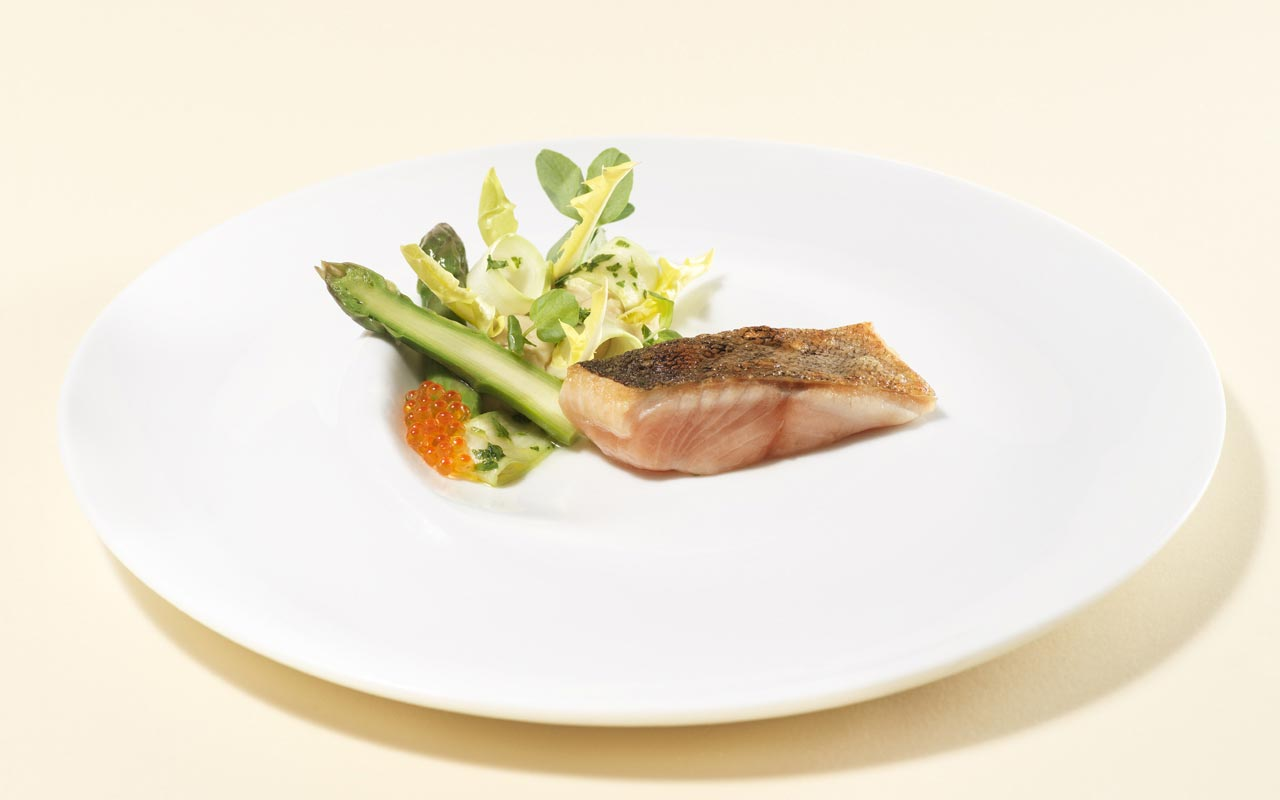 Geisels Werneckhof - Lake trout Pertuis asparagus, yellow hawkbit and beans cream